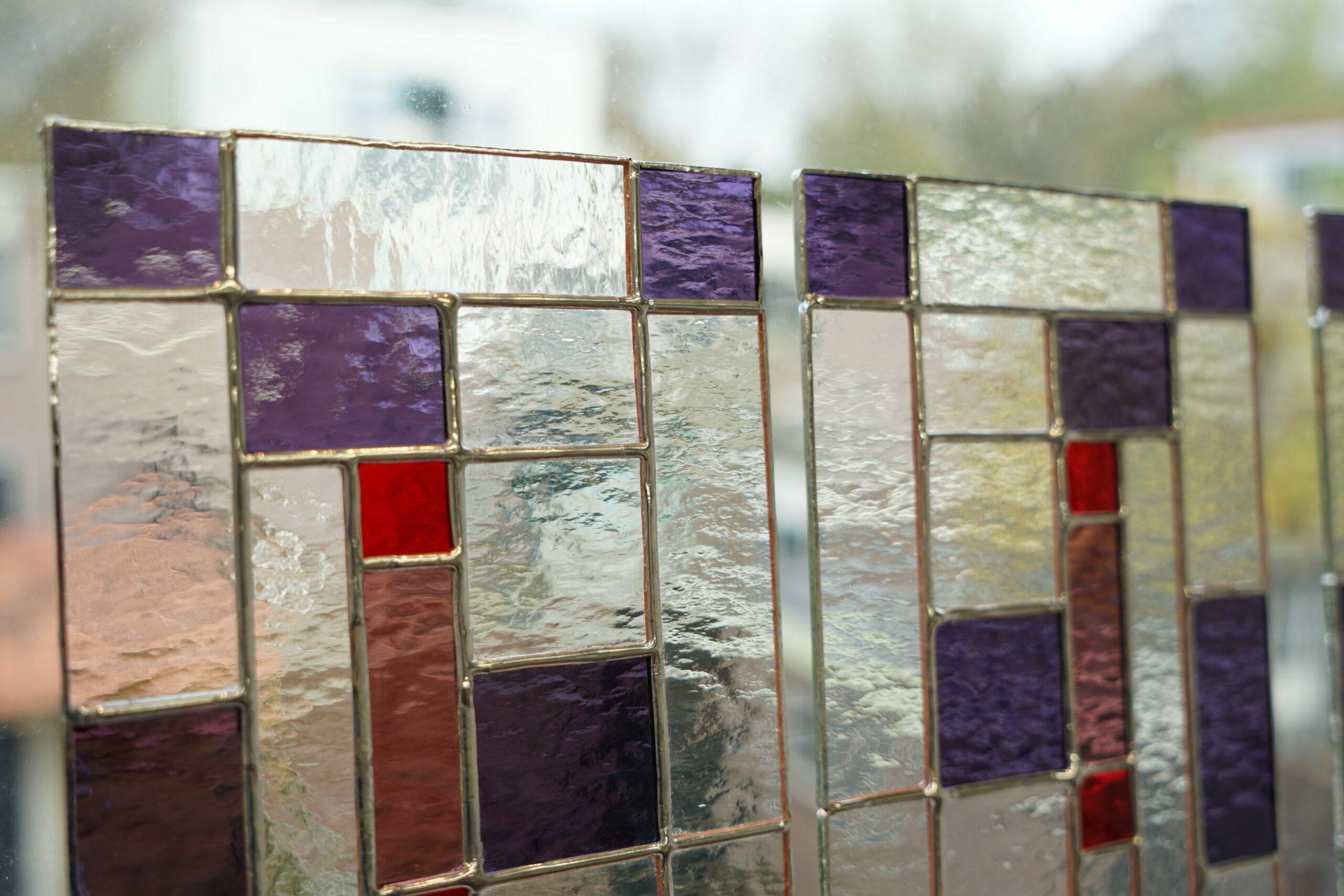 glas in lood plaatje met rood en paars